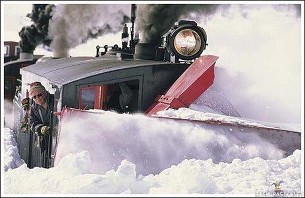 Juna Kulkee Vaan