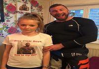 Isä käytti samaa paitaa 20 vuoden ajan – sitten tytär löysi vanhan valokuvan ja ymmärsi syyn