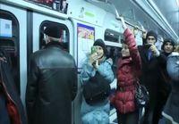 Rumpuja soittava pingviini Moskovan metrossa